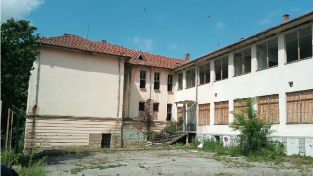 Много тъжно: Три училища и детска градина се продават