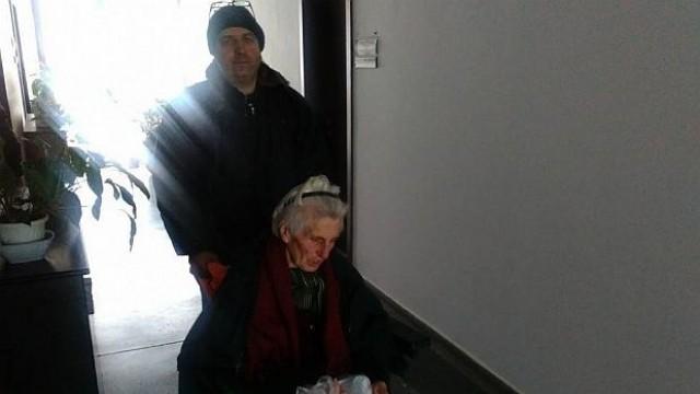 Син в безизходица остави болната си майка в Областната администрация