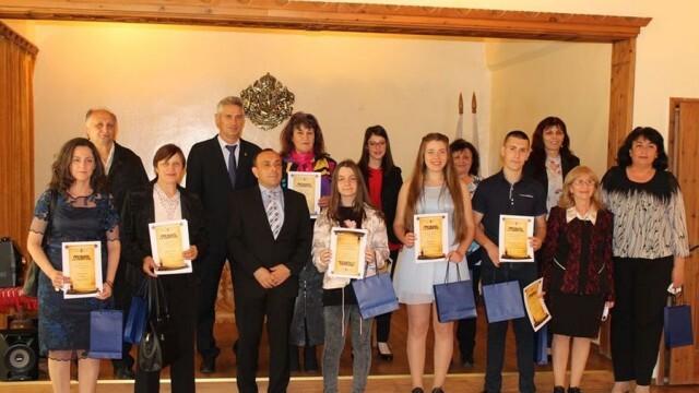 Просветни дейци, учители и ученици от община Белене с награди по повод 24 май