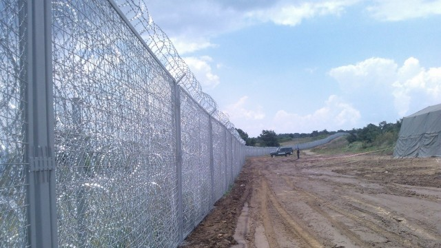Сърбите бързат да вдигнат ограда по границата с България и Македония