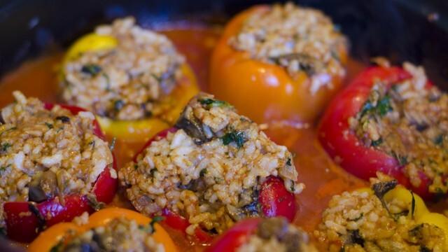 Пълнени чушки и домати с пилешко, ориз и гъби