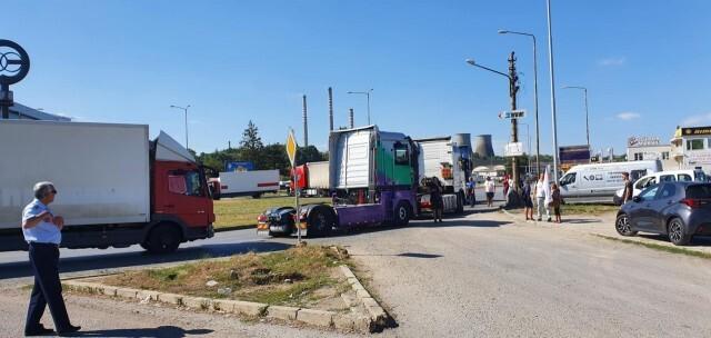 Превозвачи блокираха Дунав мост, областният управител ще се срещне с тях