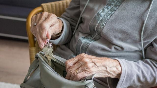 Наглец открадна пенсията на 86-годишна баба