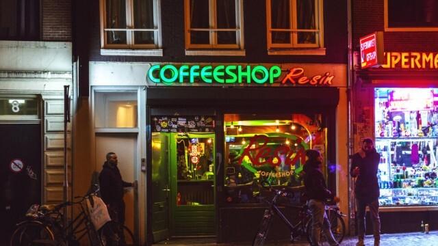 Амстердам забранява леките наркотици за чужденци - спира наркотуризма