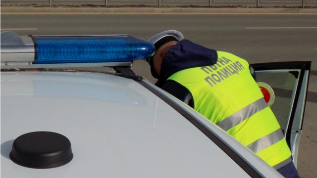 Двама млади шофьори си сблъскаха колите край Русе, пострада пътник