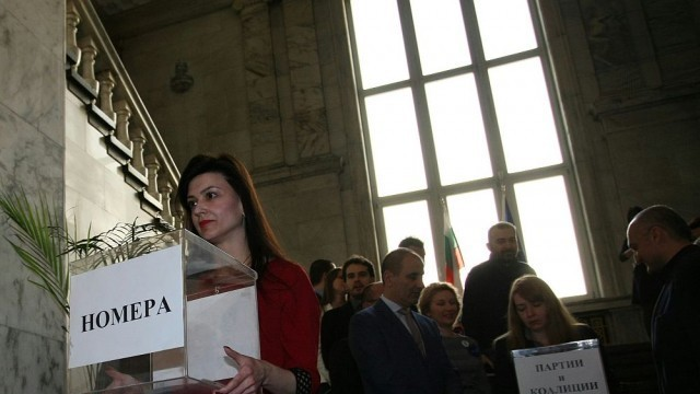 ЦИК изтегли жребия за номерата на партиите и коалициите в бюлетината