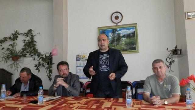 Жителите на Върбица настояха да се укрепи подпорната стена зад кметството им