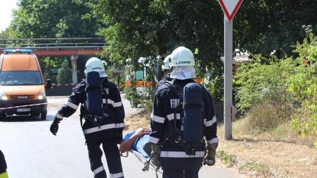 Огнеборци и доброволци в учение за ликвидиране на авария с изтичане на пропан-бутан