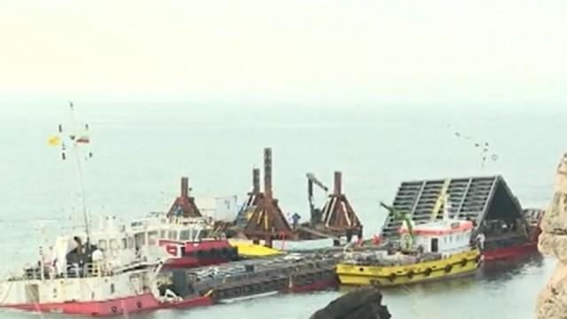 Разтоварват заседналия кораб