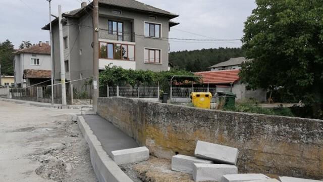 Ударно обновяват участъци от улици в община Бяла