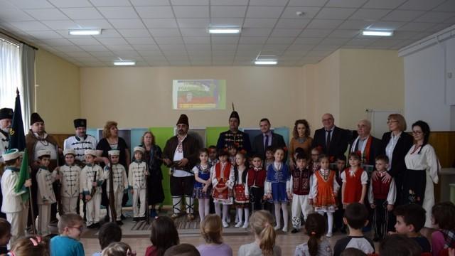 """Иновативен урок по родолюбие изнесоха днес децата от детска градина """"Слънце"""" пред кмета Пенчо Милков"""