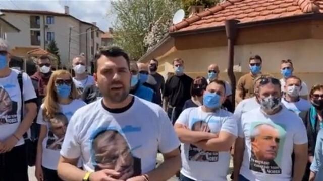 Симпатизанти и активисти на ГЕРБ се събраха да бранят дома на Бойко Борисов в Банкя (ВИДЕО)