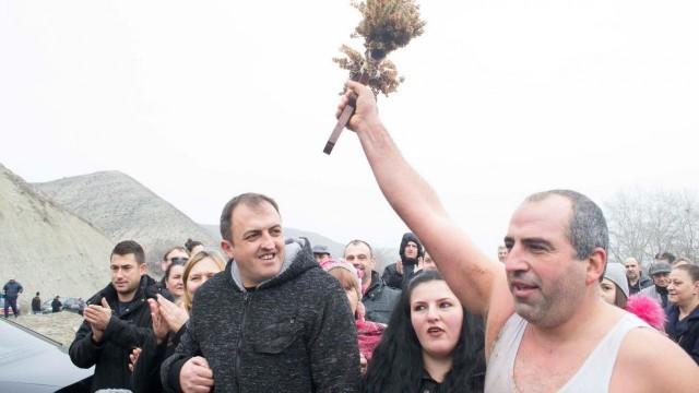 Русенец хвана Богоявленския кръст в Македония