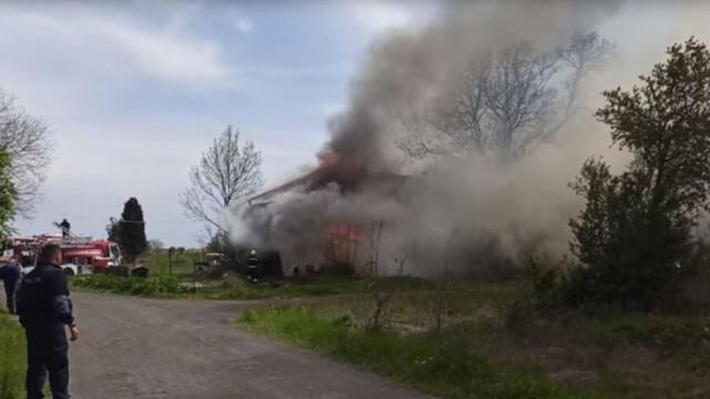 Огнеборци с три коли гасиха пожар в автосклад, изгоряла е скъпа техника