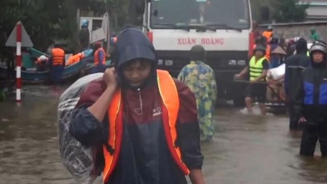 Потоп и свлачища във Виетнам, има загинали (ВИДЕО)