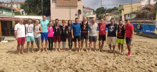 18 състезатели участваха в любителски турнир по плажен тенис