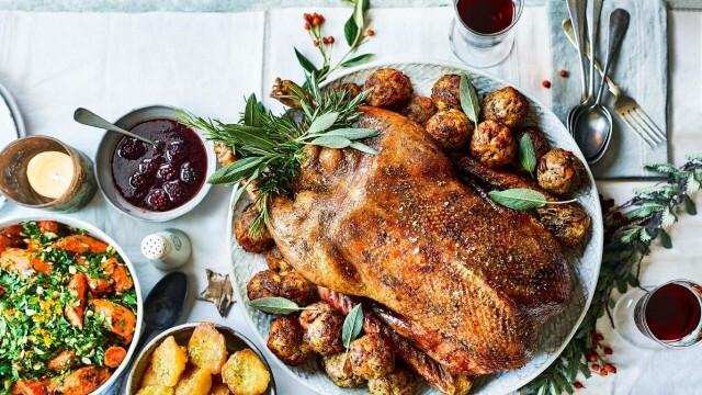 За Коледната трапеза - предястия и пуйка с пълнеж и сос