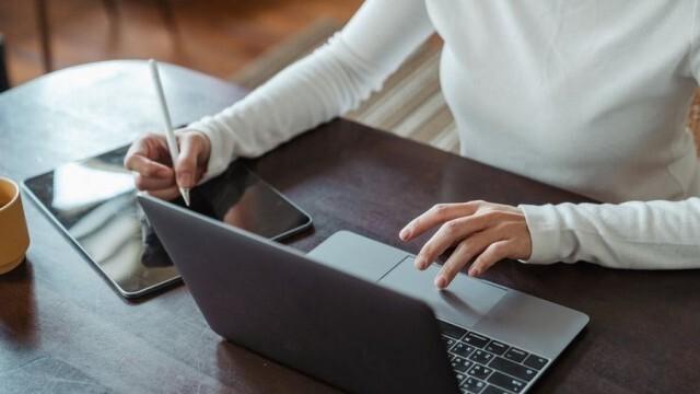 Синдикат алармира: Над 44% от учителите - без служебен лаптоп