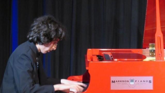 Млад русенец свири на рояла на Елтън Джон в Лондон