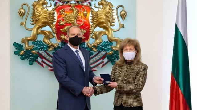Румен Радев отличи изтъкнатия юрист проф. Екатерина Трендафилова с Почетния знак на държавния глава
