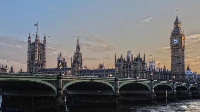 С известно закъснение - Великобритания затвори магазините за нехранителни стоки и ограничи придвижването