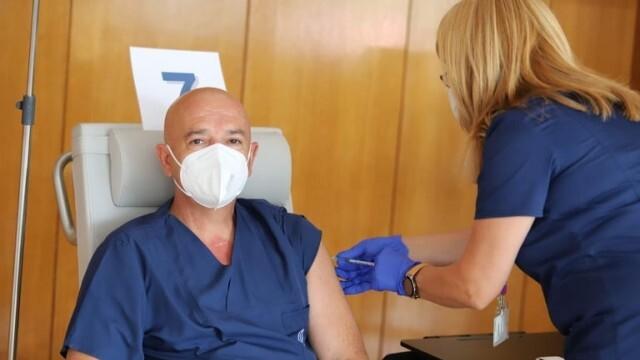 Проф. Мутафчийски вече получи трета доза ваксина