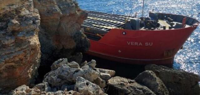 Вадят заседналия кораб край Камен бряг с плаващ кран