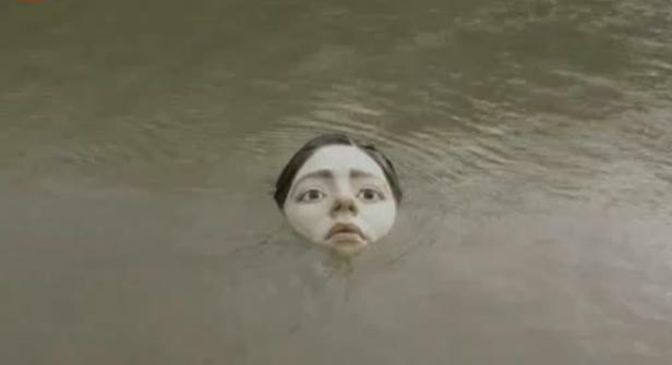 Авангардна статуя в река Нервион отправя апел към човечеството