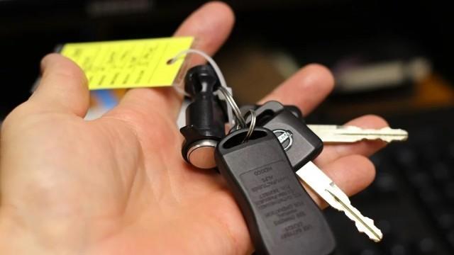 Мъж улесни крадци - остави ключовете за колата на таблото