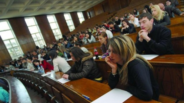 Хиляди студенти без европейски стипендии заради дупка между програмите