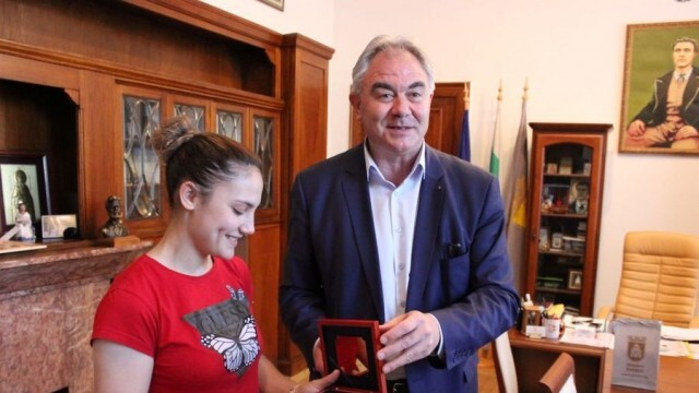 Плевенският кмет пожела олимпийска титла на каратистката Ивет Горанова и треньора й Ангел Ленков