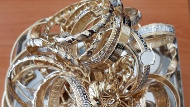 Швейцарско семейство с две деца крие 1,2 кг злато в лекарствени опаковки
