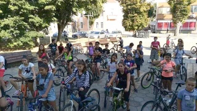 Над 40 деца въртяха педалите във Велопоход в Долни Дъбник