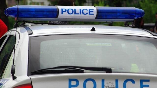 Мъж и жена заплашиха с брадва полицаи, отнеха 5-те деца на двойката