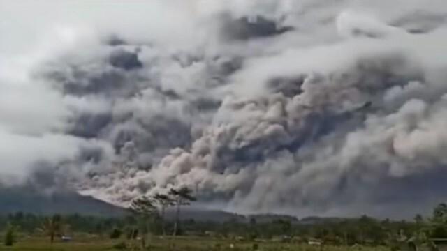 Ново бедствие в Индонезия: След земетресението - сега и вулкан (ВИДЕО)