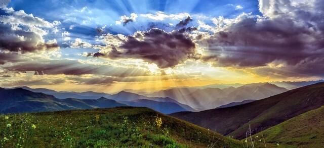 Облаци и валежи над Западна България, на изток остава слънчево