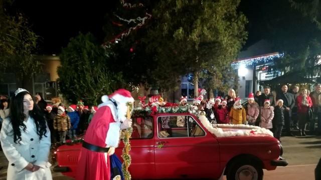"""Дядо Коледа пристигна със Запорожец в Начално училище """"Христо Ботев"""" в Плевен"""