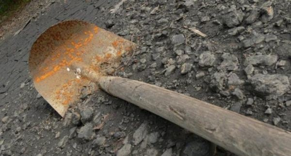 Заради забележка: 14-годишен преби пенсионер с кол и лопата