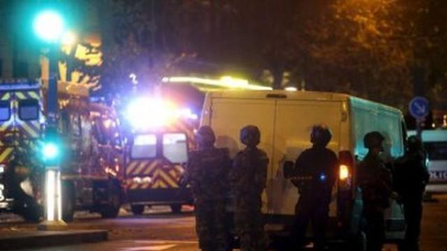 Париж: Трима атентатори се взривили в зала