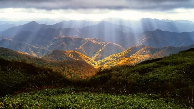 Слънчева събота, дневните температури се понижават, облачно над планините