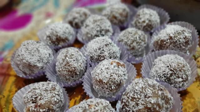 Сурови бонбони от фурми и ядки
