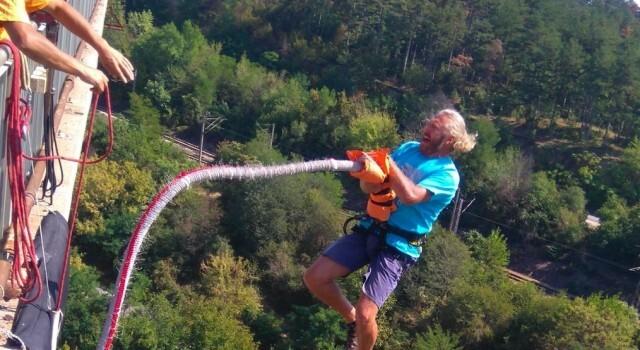 Адреналин, емоции и някои не толкова смели опити за скок с бънджи от Гредовия мост (СНИМКИ)