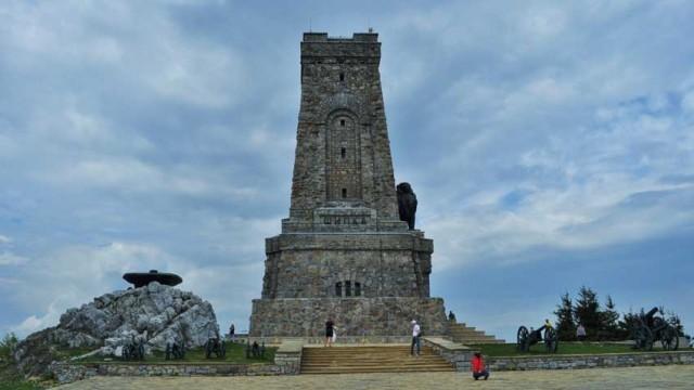Хиляди българи тържествено отбелязват 3-ти март на връх Шипка