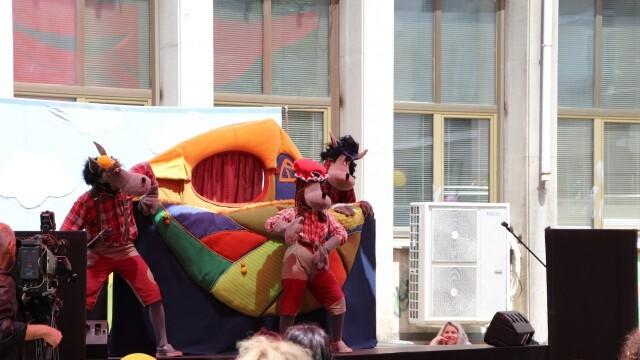Кукленият театър с лятна сцена в двора Библиотеката за детския празник