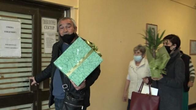 Кметът на Червен бряг изненада екипа от АГ отделението на местната болница с подаръци за Бабинден