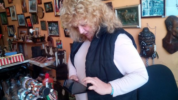 Русе: Вижте защо Людмила позлати Цигуларчето със спрей