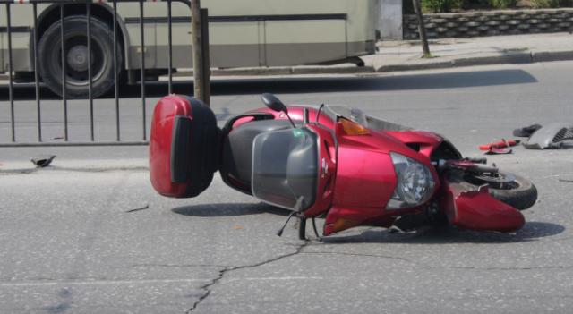 17-годишно момче на мотопед се удари челно в кола и загина