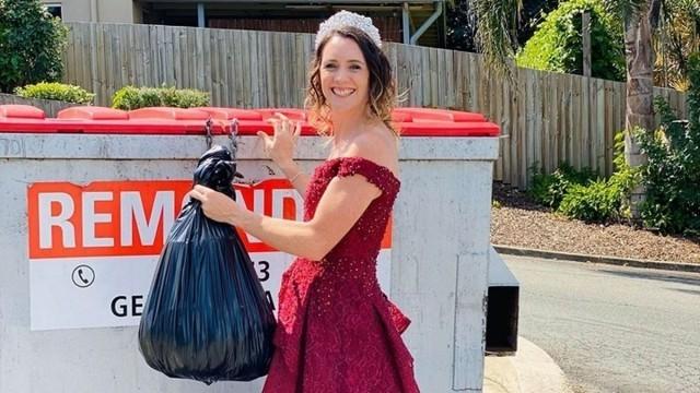 Нова мода - домакини изхвърлят боклука, облечени като принцеси