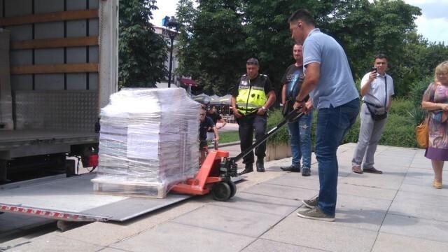 Пристигнаха 209 000 бюлетини в Русе, денонощна охрана ще ги пази
