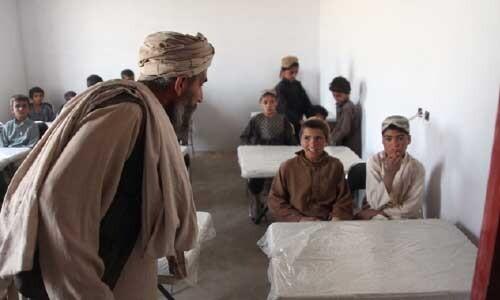 Талибаните отварят училищата, но само за учители и ученици от мъжки пол